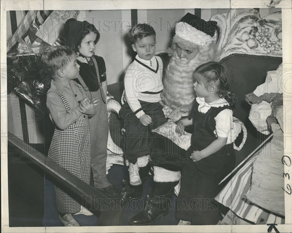 1946 Press Photo Val Lauder play Santa to Michael Hahne, Diane Woehrel, Joseph - Historic Images