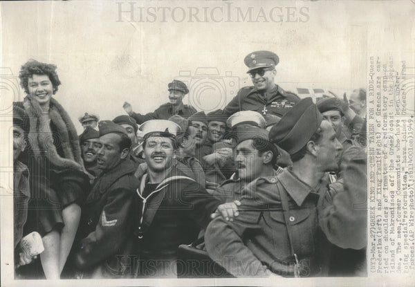 1949 Press Photo Greek King And Queen Fredrika And Paul On Shoulders Of Inmates - Historic Images