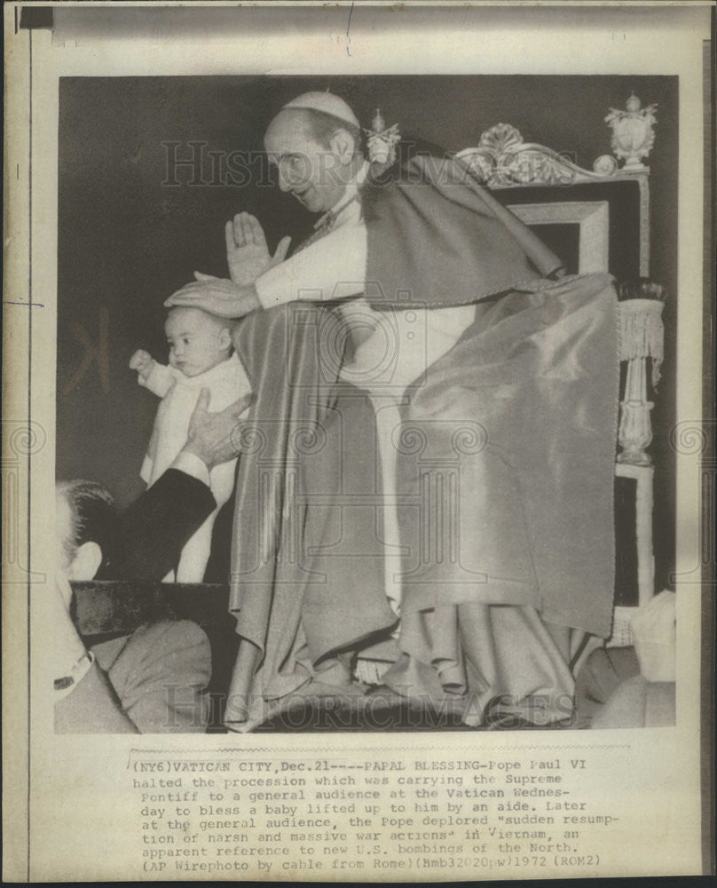 1972 Press Photo Pope Paul VI delivers a blessing to a baby - Historic Images