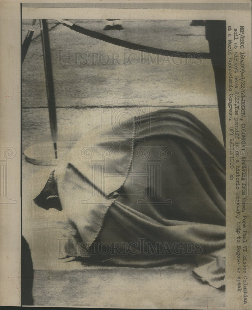 1968 Press Photo Pope Paul VI Kisses Colombian Soil Airport - Historic Images