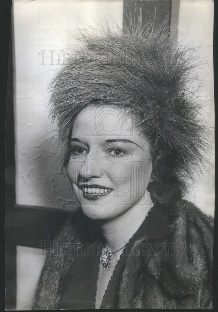 1946 Press Photo Mrs Grier Patterson IN Hot Pink Feathered Vulture Hat - Historic Images