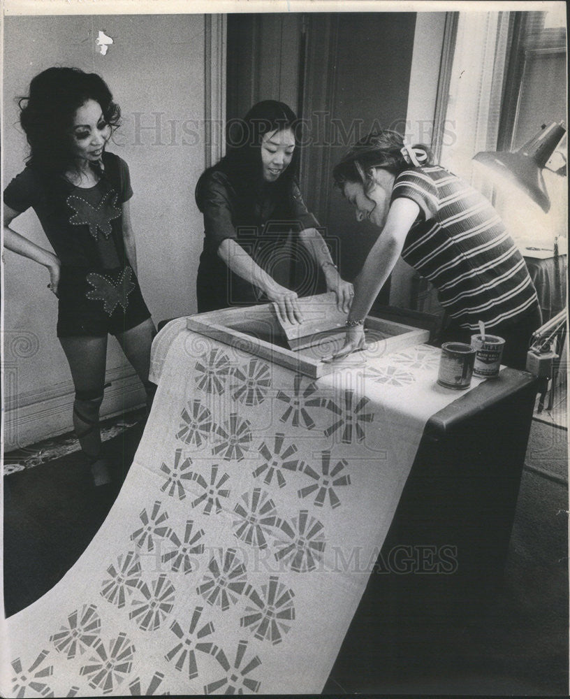 1971 Press Photo Designer Noriko Nishi watches Karen Yamasak and Ann Tomasic - Historic Images