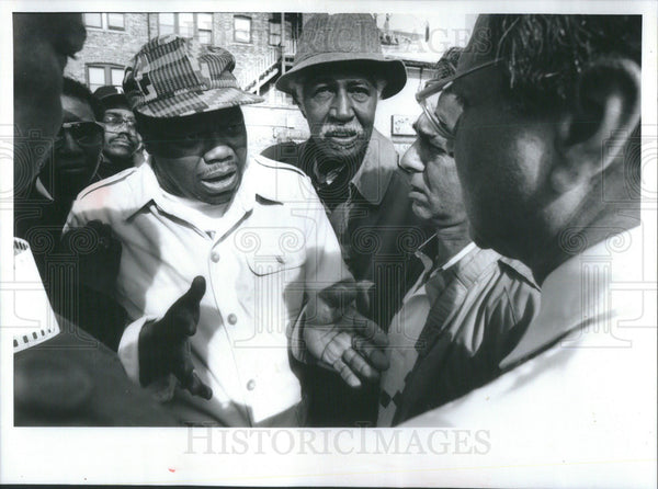 1992 Press Photo Rev. Albert Sampson Talks With  Charles DiNaso, Jr., Contractor - Historic Images