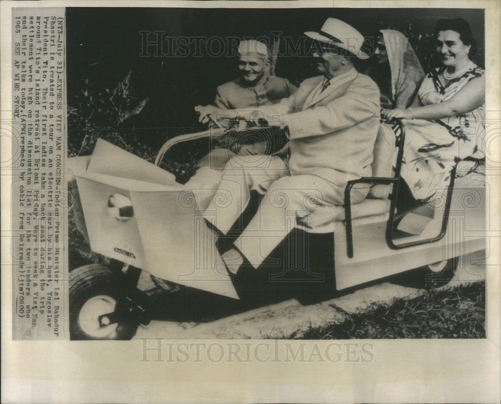 1975 Press Photo Indian PM Lal Bahadur Shastri Tours On Electric Cart - Historic Images