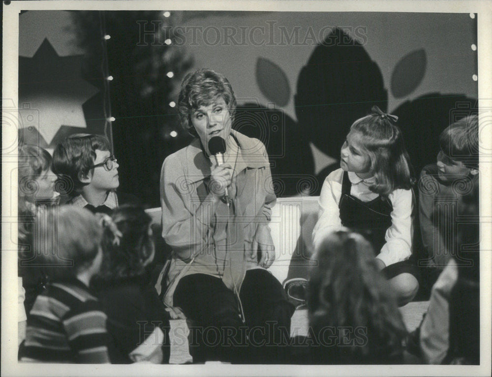 Press Photo Anne Murray With Children During Johnny Cash Christmas ...