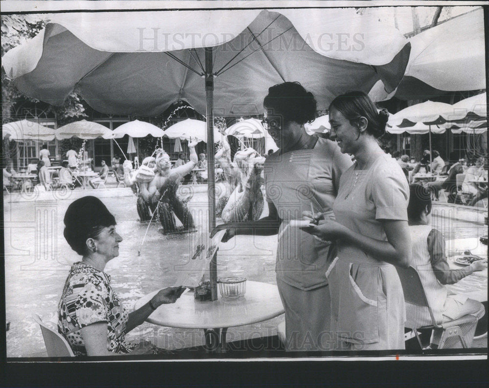 1970 Press Photo Mrs. Fred Pegelow at the Garden Restaurant of the Art Institute - Historic Images