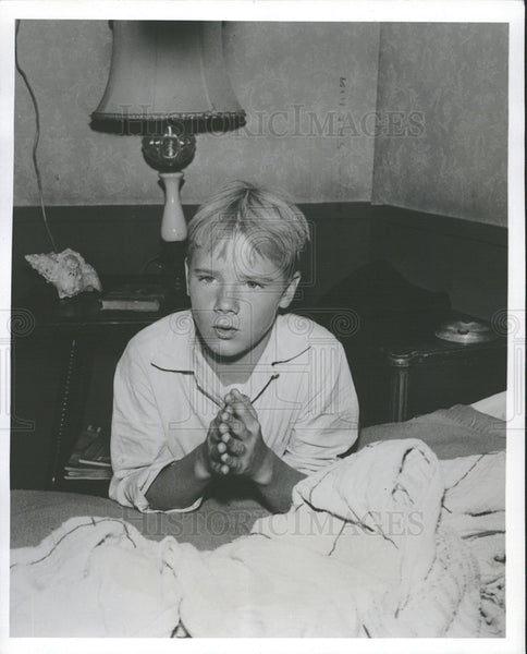 Undated Press Photo: The boy was praying. - Historic Images