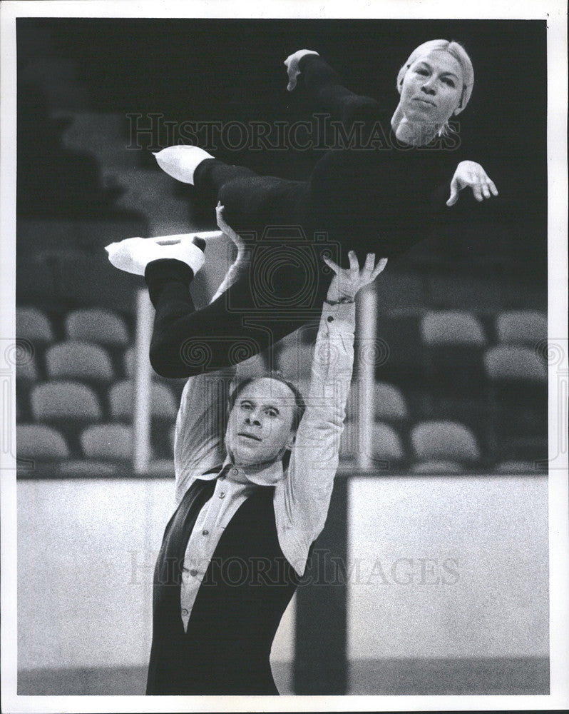 1979 Press Photo Oleg Lifts Ludmilla Protopopov At Boston Garden - Historic Images