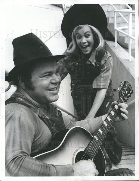 1969 Press Photo Comedian Singer Roy Clark And Actress Jannine Riley On Hee Haw - Historic Images