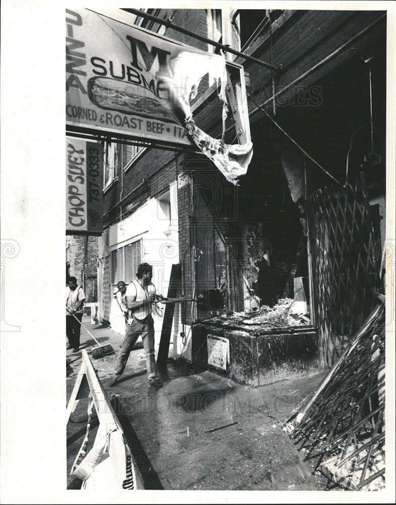 1985 Press Photo Lowell Sineni of Apple Board Up Looking Kitchen After Explosion - Historic Images