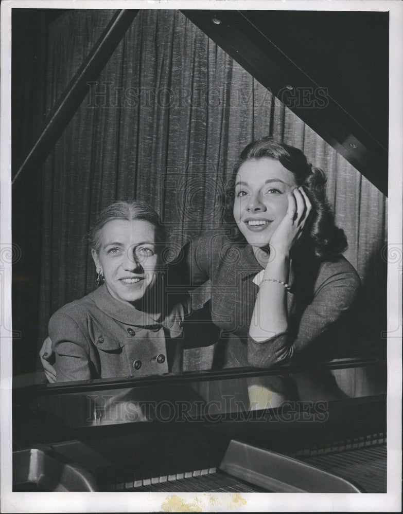 1955 Press Photo of singer Betty Clooney and her mother Frances at piano - Historic Images