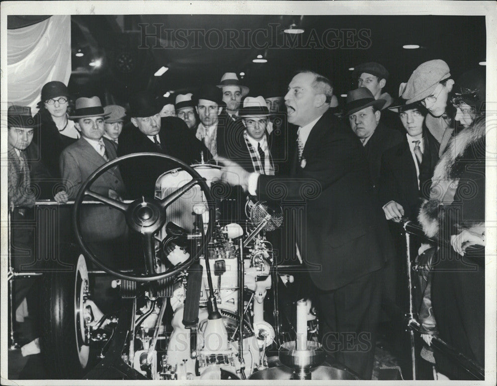 1932 Press Photo N.V. Weaver Detroit International Auto Show Speaks to Crowd - Historic Images