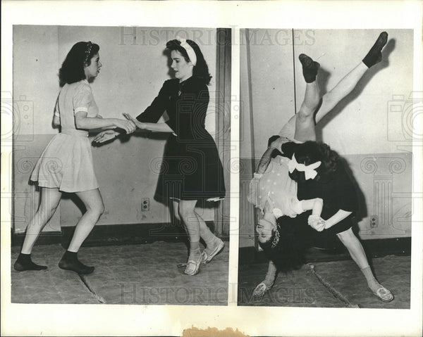 1942 Press Photo Girls at YMCA take self denfense class - Historic Images