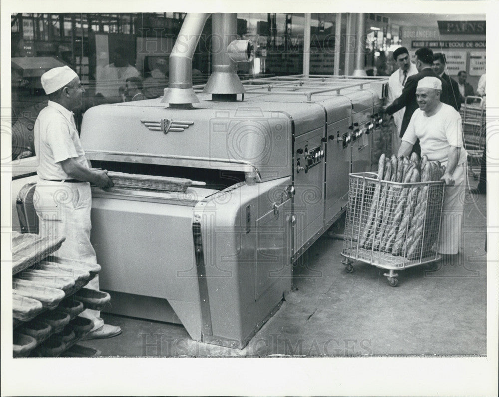 1985 Press Photo  France Labor Baking Bread - Historic Images