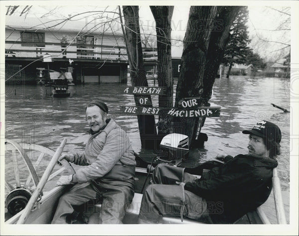 1985 Press Photo Jim Nau & Terry Quick on a rowboat due to floods - Historic Images