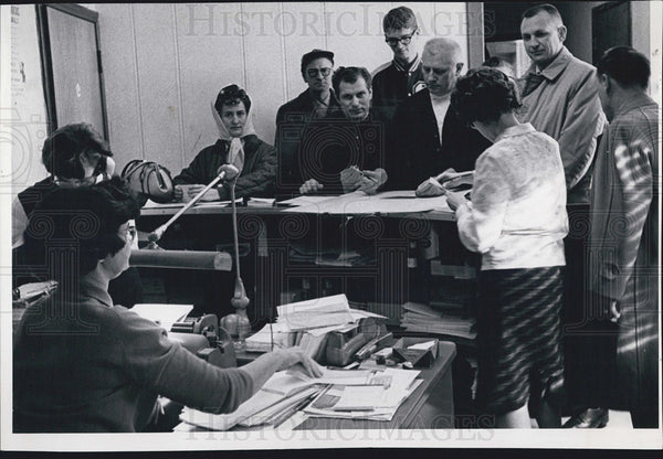 1966 Press Photo Denver Bronco's ticket buyers - Historic Images