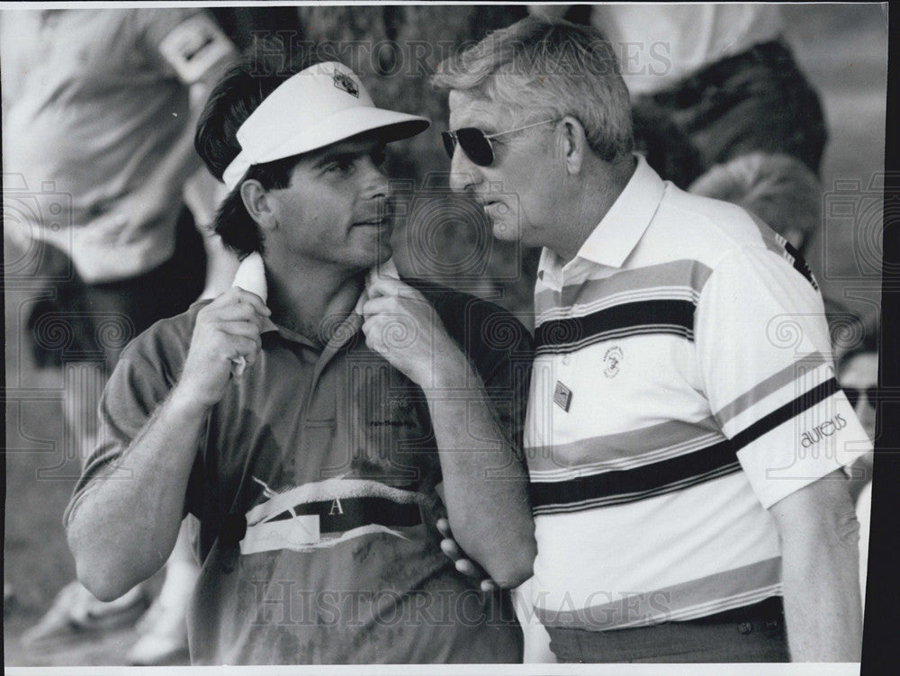 1991 Press Photo Fred Couples Talks with an Official after Putting on #15 - Historic Images