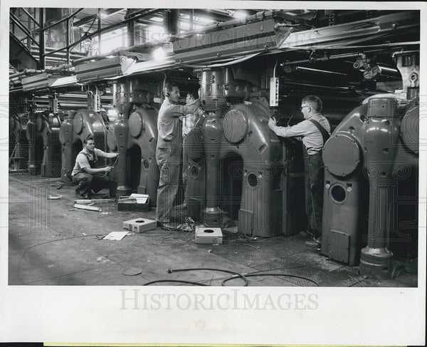 1930 Press Photo Workers Wire Presses At Chicago Sun Time Newspaper Building - Historic Images