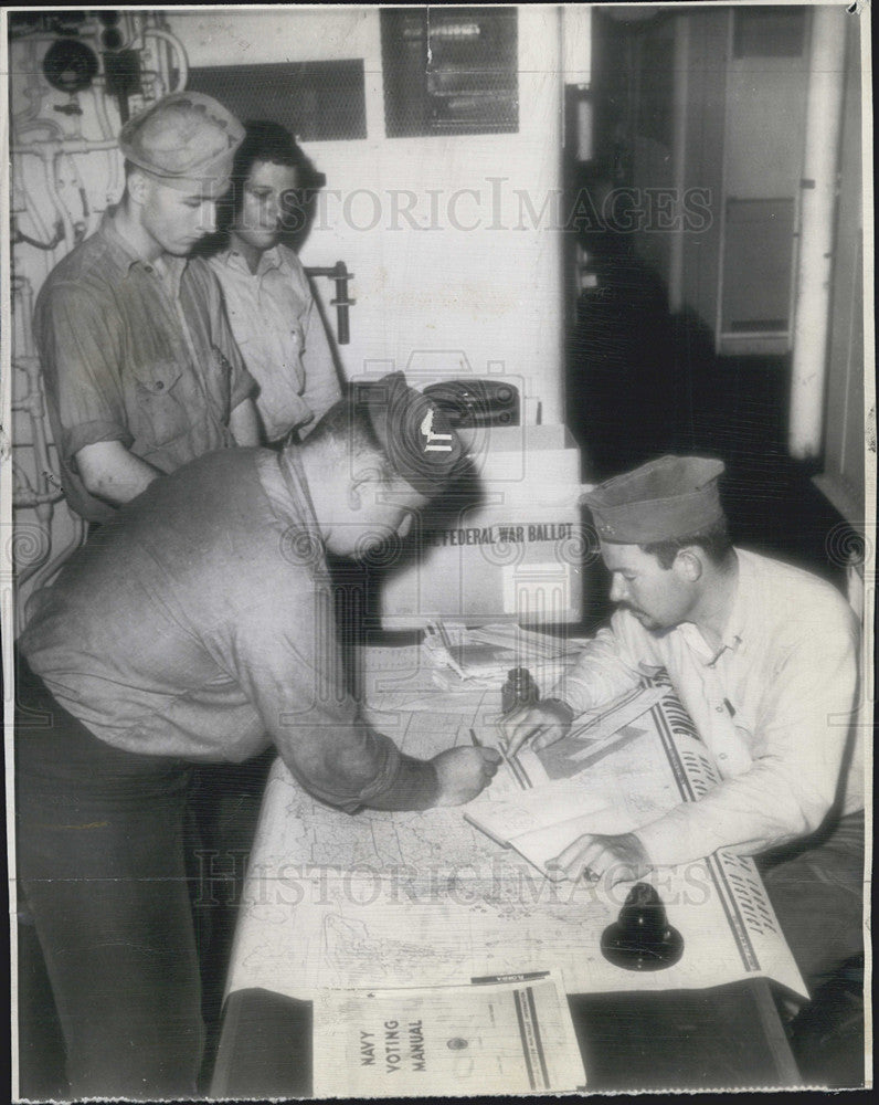 1944 Press Photo Us Salors Line up at Polls about aircraft carriers - Historic Images