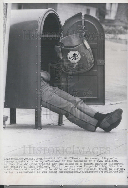 1968 Press Photo California Postman crawled inside mailbox - Historic Images