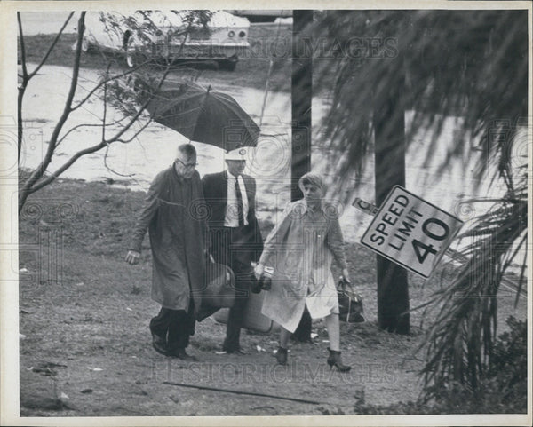 1966 Press Photo People Shield From Storm After Tornado Destroyed Pinellas Cty - Historic Images