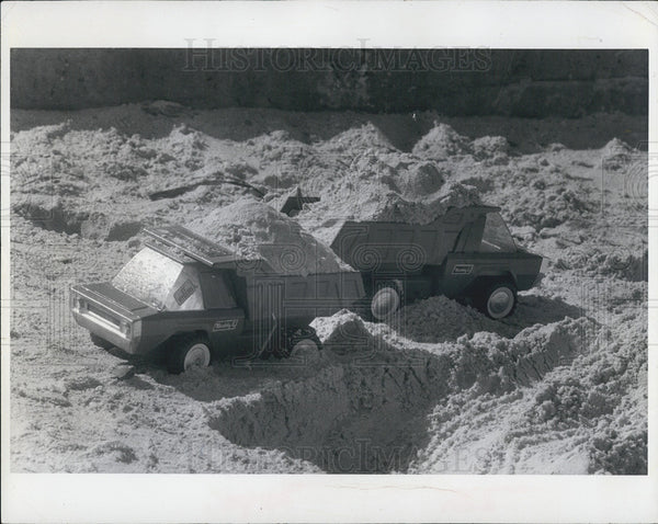 1971 Press Photo Toy Trucks At Work on Sunset Beach - Historic Images