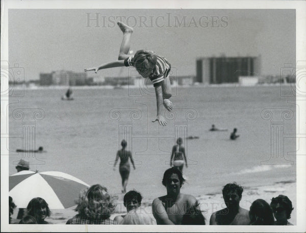 1972 Press Photo Tourists Have Fun at Sunset Beach - Historic Images