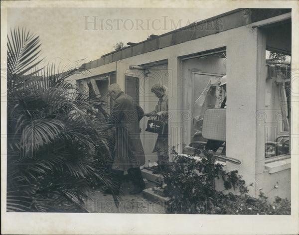 1966 Press Photo Pinellas Cty Resident Hesitant To Leave Tornado Damaged Home - Historic Images