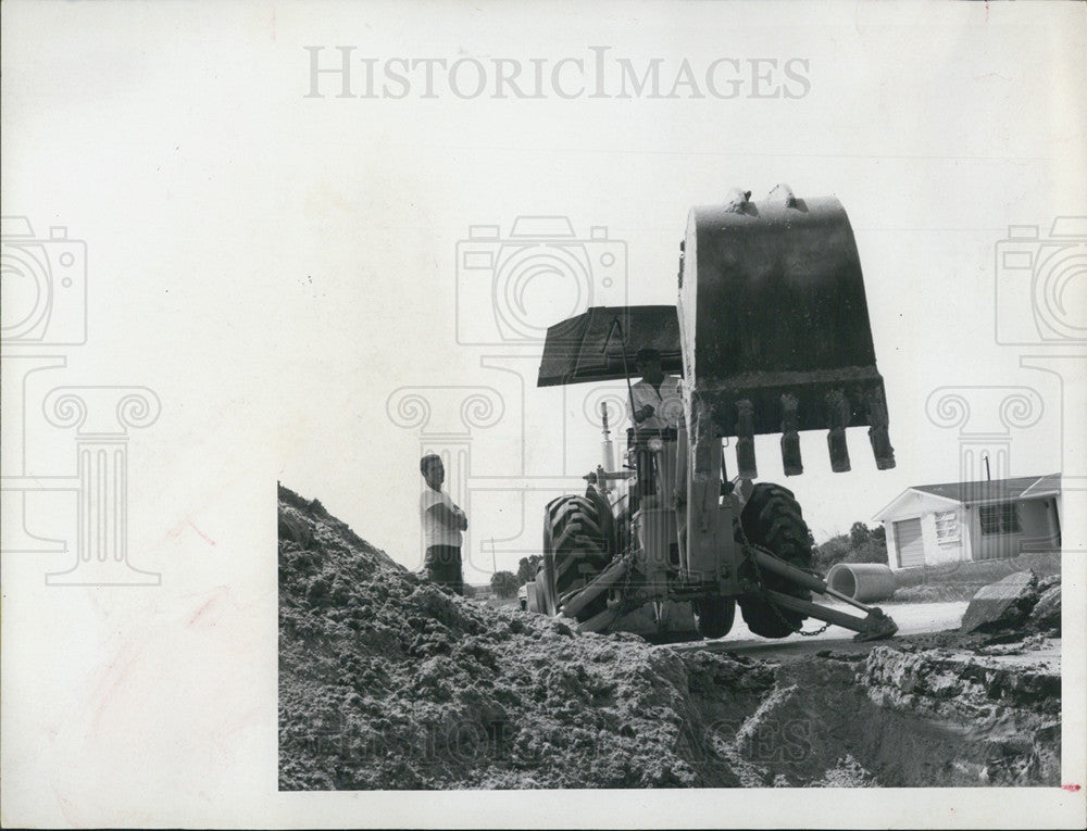 1989 Press Photo Workers In Holmes Beach Dig Culverts Along Marina Drive - Historic Images