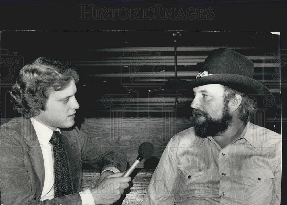1980 Press Photo Reporter Bob Sirott interviews Charlie Daniels and his upcoming - Historic Images