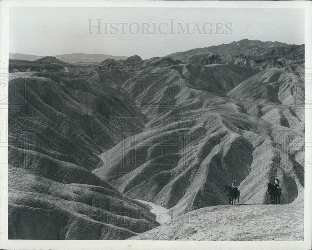 1970 Press Photo California's Death Valley Nat'l Monument Visitors On Horseback - Historic Images