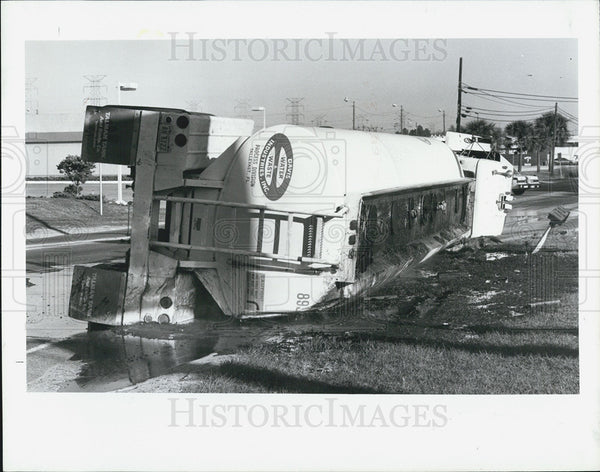 1990 Press Photo Overturned Tanker Truck Leaking Sewage - Historic Images