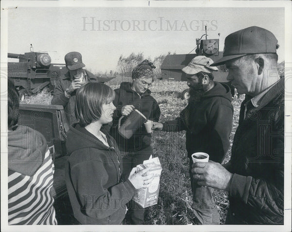 1976 Press Photo Liz Jim Sally Reints Farming Family Harvest Pete Belvidere - Historic Images