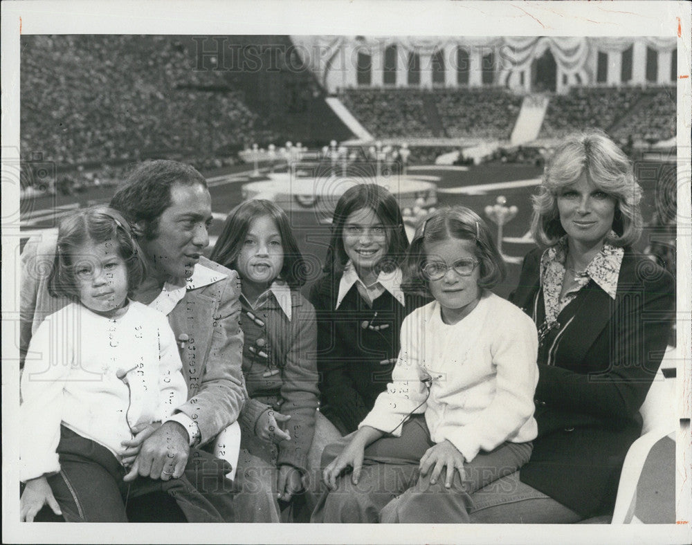 "1976 Press Photo Paul Anke and Family Narrate TV's ""Happy Birthday, America"" - Historic Images"