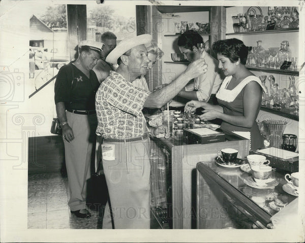 1957 Press Photo man shopping for crystal at duty free Jamaican shop - Historic Images