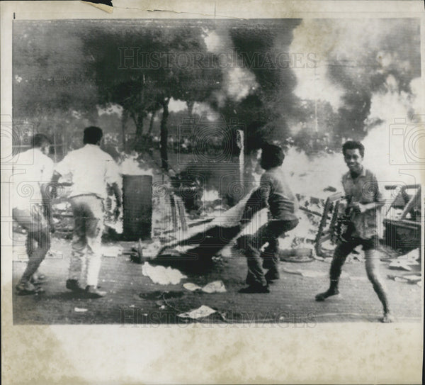 1963 Press Photo Indonesian Rioters Destroy British Embassy Property - Historic Images