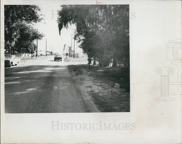 1971 Press Photo of cars at a railroad crossing in Florida - Historic Images