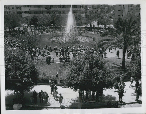 1950 Press Photo Tel Aviv Israel Dizengoff Circle Fountain People Walking - Historic Images