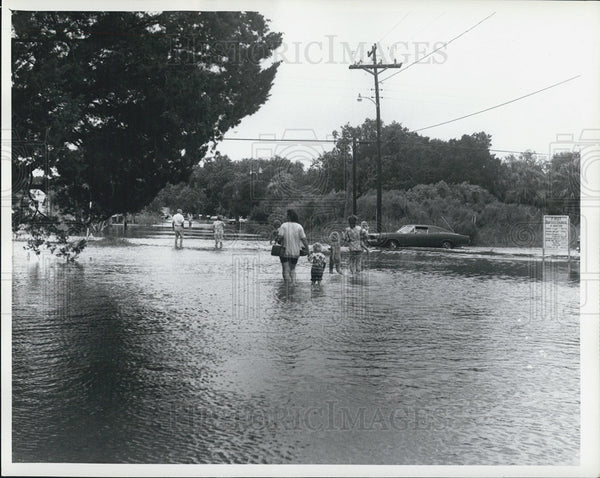 1972 Press Photo Hurricane Agnes Refugees Wade Through Water - Historic Images