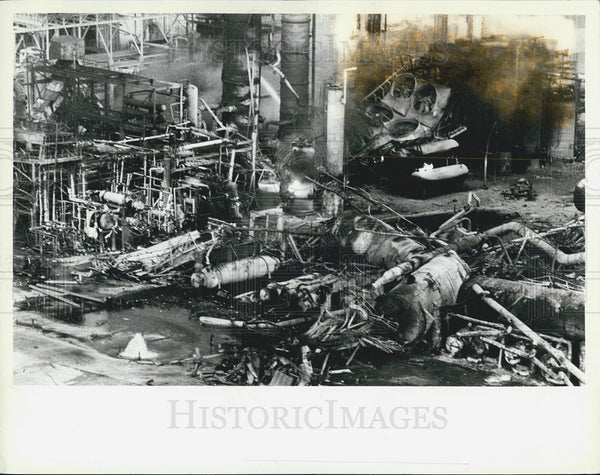 1984 Press Photo complete destruction refining tower explosion fires - Historic Images