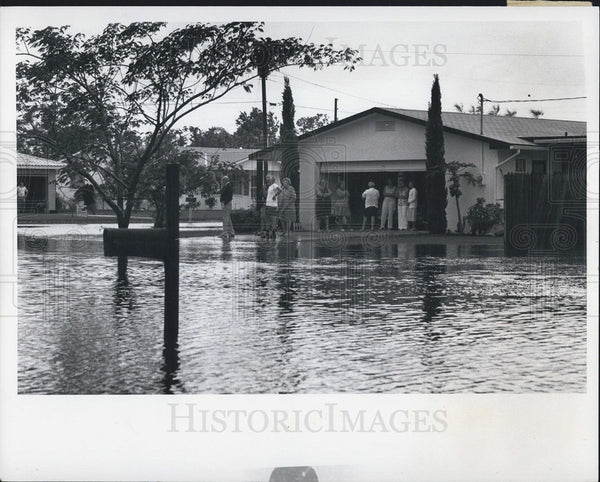 1976 Press Photo Residents of Indian Heights subdivision near Largo survey floods - Historic Images