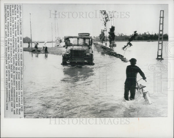 1964 Press Photo Military Vehicles Roll Slowly as Vietnamese Army Units - Historic Images