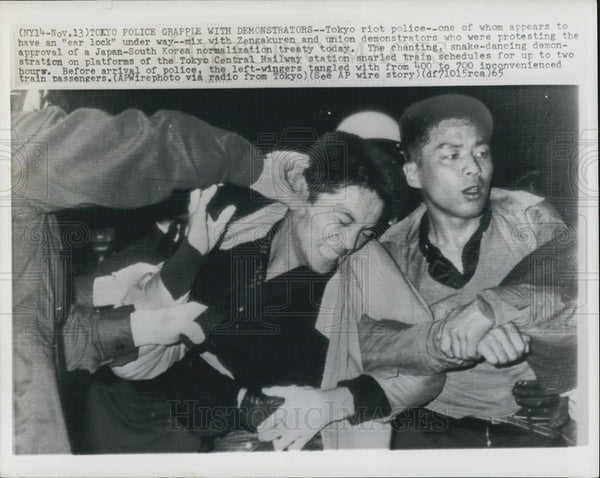 1965 Press Photo Japan anti riot police breaks up protesters against Japan Korea - Historic Images