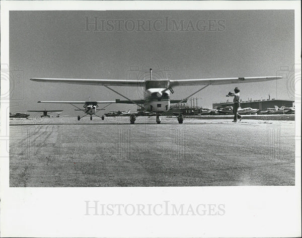 1981 Press Photo planes charity airlift taxi runway Albert Whitted Airport - Historic Images