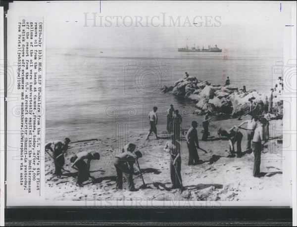 1965 Press Photo sailors U.S. Navy 6th Fleet remove oil beach Cannes France - Historic Images