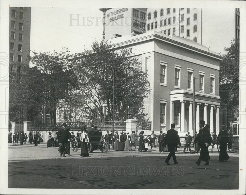 1902 Press Photo People Stroll At Broad And Walnut Streets In Philadelphia - Historic Images