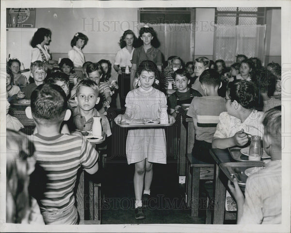 1944 Press Photo Nellie Meehan, Geraldine Meyers & other children eating lunch, - Historic Images