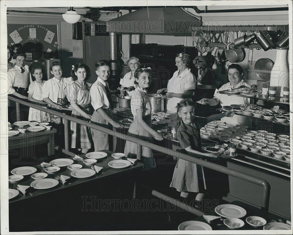 1944 Press Photo Penny lunch patrons at Komensky School. - Historic Images