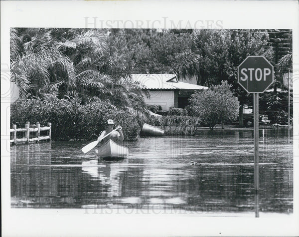 Press Photo A Man Canoeing After Storm Floods Street - Historic Images