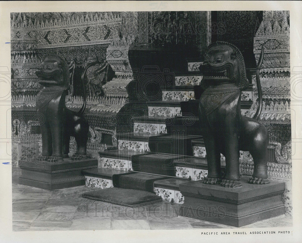 1964 Press Photo Thailand Temple Entrance Lion Statues Bangkok - Historic Images